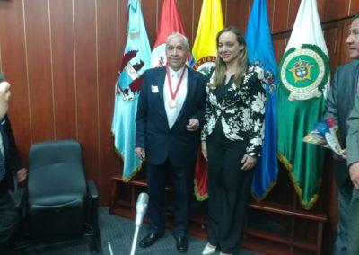 El Inginiero Roberto Campos Silva,recibió la máxima condecoración por su aporte al país como el pionero de la Señalización geográfica de Colombia.