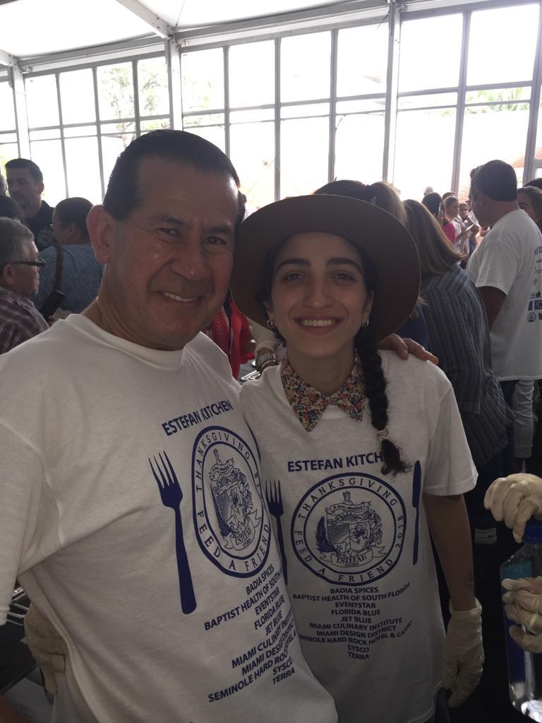 Los directivos del Museo.apoyando las obras sociales que realiza la familia Estefan.
