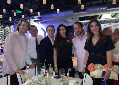 En Compañía de grandes personalidades de la sociedad Artística de Miami.