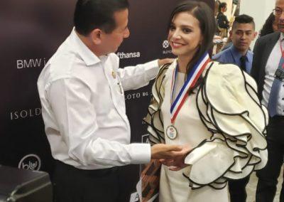 Directora de ARBOT María Paz Gaviria, recibiendo la condecoración del Museo Gean talento internacional en bien de Los Artistas y Escultores.